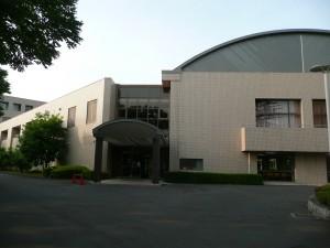 道路側からの大学入口