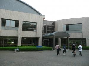 遊歩道側からの大学入口