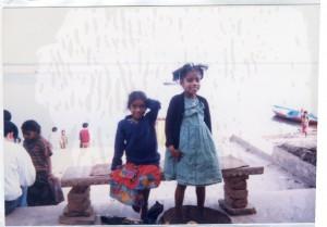 ガンジス川のほとりで商売を営む家族の姉妹。(名前はピンキー&リンキー)