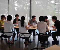 月1回のケース会議で話し合う指導員たち